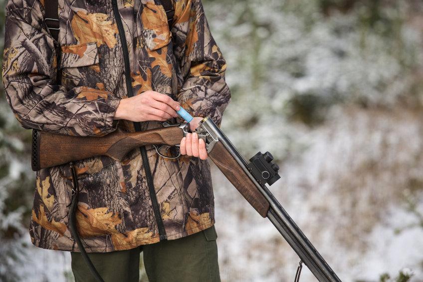Jäger mit einer Kipplaufwaffe (Schrot) und einem aufgesetzten Red Dot