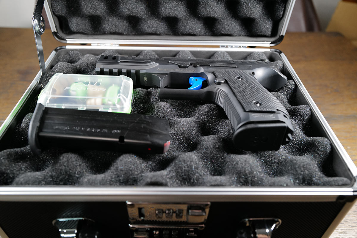 Waffenkoffer mit Waffe